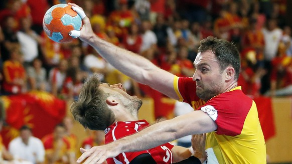Switzerland's Luca Linder, left, tries to stop Fyr Macedonia's Nemanja Pribak during the 2016 Men's European Championship qualifying handball match between Team Switzerland and Team Fyr Macedonia at the Sporthalle Kreuzbleiche in St. Gallen, Switzerland, Wednesday, June 10, 2015. (KEYSTONE/Patrick B. Kraemer)