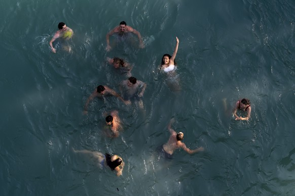People enjoy a swim in the Aare River during the sunny and warm weather, in Bern. Switzerland, Wednesday, June 26, 2019. The forecasts predict hot weather in Switzerland with the maximum temperature at 38 degrees Celsius. (KEYSTONE/Anthony Anex)