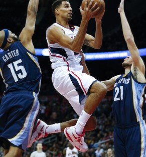 Atlanta Hawks guard Thabo Sefolosha, center, goes up for a basket as Memphis Grizzlies' Vince Carter (15) and Tayshaun Prince (21) defend in the second half of an NBA basketball game Wednesday, Jan. 7, 2015, in Atlanta. Atlanta won 96-86. (AP Photo/John Bazemore)