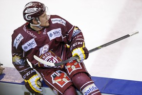 Geneve-Servette's Jeremy Wick leaves the rink for misconduct penalty for the game, during the second leg of the Playoffs quarterfinals game of National League A (NLA) Swiss Championship between Geneve-Servette HC and HC Lugano, at the ice stadium Les Vernets, in Geneva, Switzerland, Tuesday, March 3, 2015. (KEYSTONE/Salvatore Di Nolfi)