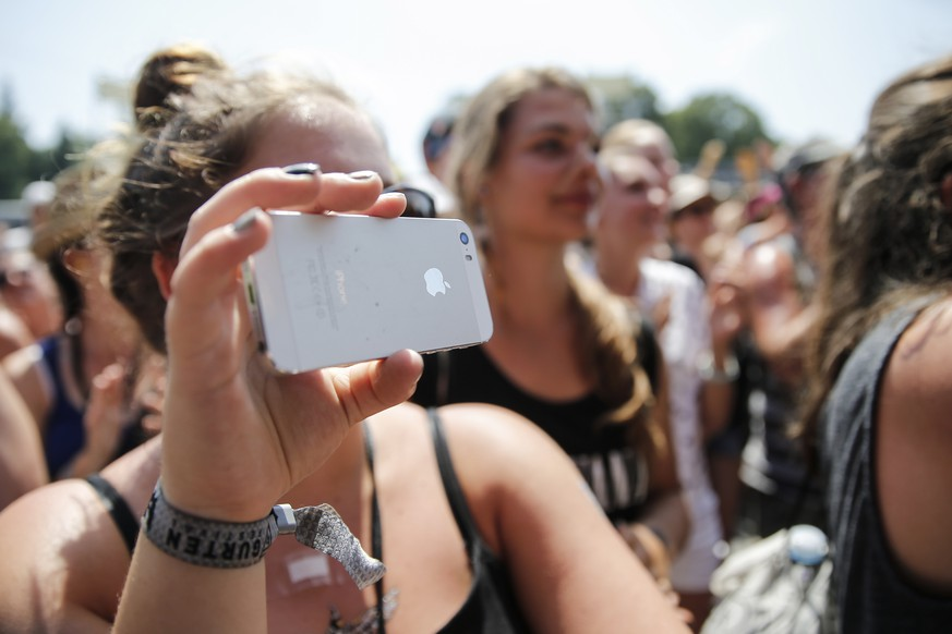 A fan films the performance of british singer-songwriter George Ezra with an iphone at the Gurten music open air festival in Bern, Switzerland, Sunday, July 19, 2015. (KEYSTONE/Peter Klaunzer)