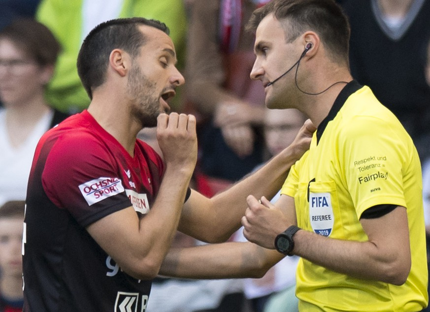 Le joueur neuchatelois Raphael Nuzzolo, gauche, parle avec l'arbitre Stephan Klossner, droite, apres avoir recu un carton rouge lors de la rencontre de football Super League - Challenge League de barrage match aller entre Neuchatel Xamax FCS et FC Aarau ce jeudi 30 mai 2019 au stade de la Maladiere a Neuchatel. (KEYSTONE/Laurent Gillieron)