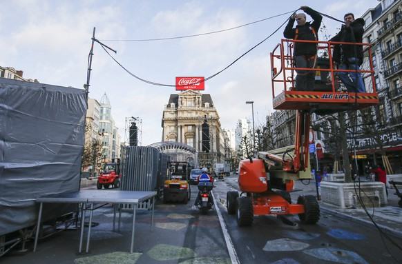 epa05084320 Installations for the annual New Year's Eve fireworks display are dismantled at Place de Broucker, after Mayor of Brussels Yvan Mayeur cancelled the event, in Brussels, Belgium, 31 December 2015. Around 10,000 people usually gather every year for the traditional fireworks display in Brussels, to mark the start of the New Year. Residents and visitors will be missing out on a key part of their New Year's celebrations after the local authorities cancelled the city fireworks due to the threat of terrorism.  EPA/OLIVIER HOSLET