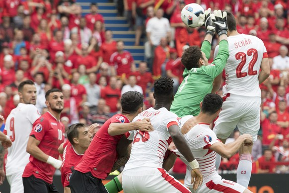 Swiss defender Fabian Schaer, right in white, scores the first goal next to Albania's goalkeeper Etrit Berisha, right, in green, during the UEFA EURO 2016 group A preliminary round soccer match between Albania and Switzerland, at the Stadium Bollaert-Delelis, in Lens, France, Saturday, June 11, 2016. (KEYSTONE/Jean-Christophe Bott)