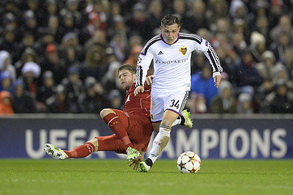 Liverpool's Alberto Moreno, left, fights for the ball against Basel's Taulant Xhaka, right, during an UEFA Champions League group B matchday 6 soccer match between Britain's Liverpool FC and Switzerland's FC Basel 1893 at the Anfield stadium in Liverpool, Great Britain, on Tuesday, December 9, 2014. (KEYSTONE/Georgios Kefalas)