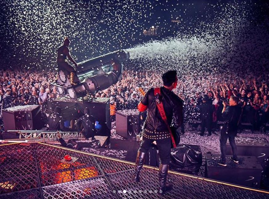 Rammstein-Musiker küssen sich auf der Bühne