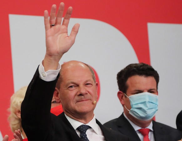 epa09491628 German Finance Minister and SPD candidate for chancellor Olaf Scholz waves on stage during the Social Democratic Party (SPD) election event in Berlin, Germany, 26 September 2021. About 60 million Germans were eligible to vote in the elections for a new federal parliament, the 20th Bundestag.  EPA/FOCKE STRANGMANN