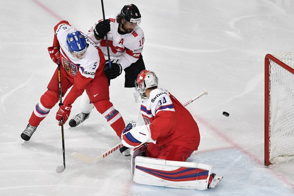 Switzerland's Andres Ambuehl, center, in action against Czech Republic's Jakub Jerabek, left, and Czech Republic's goaltender Petr Mrazek, right, during their Ice Hockey World Championship group B preliminary round match between Switzerland and Czech Republic in Paris, France on Tuesday, May 16, 2017. (KEYSTONE/Peter Schneider)