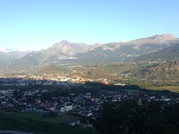 Früher Morgen über Sion. Das Wallis erwacht.