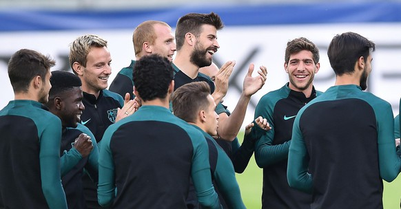 epa05901906 Fc Barcelona players during a training session on the eve of the first leg of quarterfinals Champions League soccer match between Juventus FC and FC Barcelona at Juventus Stadium in Turin, Italy, 10 April 2017.  EPA/ALESSANDRO DI MARCO