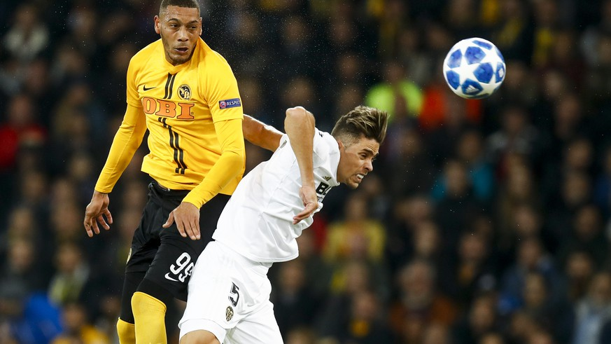 YB's Guillaume Hoarau, left, fights for the ball against Valencia's Gabriel Armando de Abreu, right, during the UEFA Champions League group stage group H matchday 3 soccer match between Switzerland's BSC Young Boys Bern and Spain's Valencia CF, at the Stade de Suisse Stadium in Bern, Switzerland, Tuesday, October 23, 2018. (KEYSTONE/Peter Klaunzer)