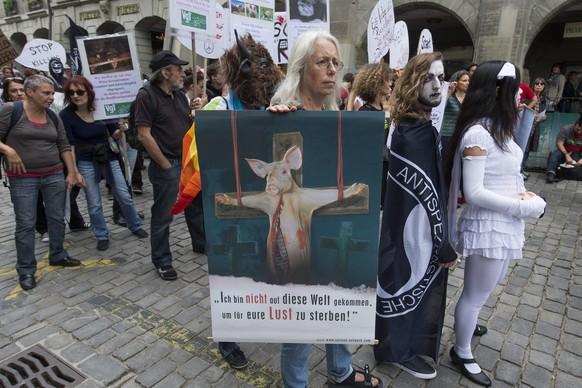 Diverse centinaia di vegani dimostrano, tra l'altro, per la chiusura di tutti Schlachthaeuser ad una pacifica dimostrazione parata attraverso la città vecchia di Berna sul Sabato 12 luglio 2014 a Berna. (KEYSTONE / Lukas Lehmann)
