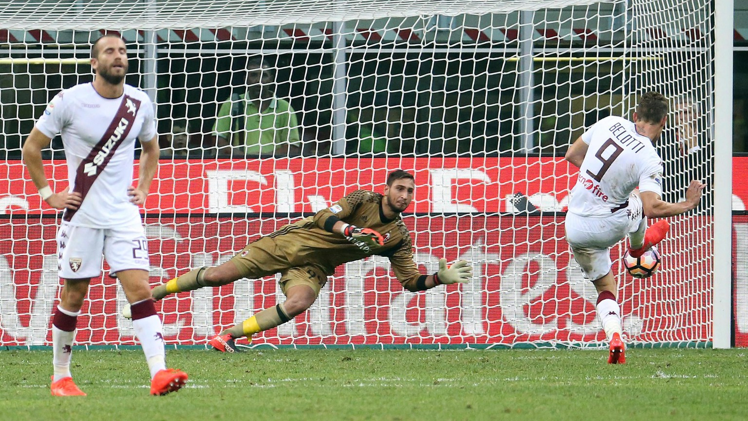 epa05505421 Milan's goalkeeper Gianluigi Donnarumma saves the penalty kicked by Torino's Andrea Belotti (R) during the Italian Serie A soccer match AC Milan vs Torino FC at Giuseppe Meazza stadium in Milan, Italy, 21 August 2016.  EPA/MATTEO BAZZI