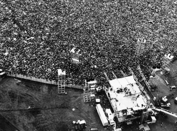 Thousands of rock music fans are packed around the stage in a field near Bethel, New York at the Woodstock Festival, on August 16, 1969. A throng estimated at 500,000 persons covered on the area creating a gigantic jam of traffic and humanity over many miles and giving rise for concern for the health and safety of many of them. (AP Photo/Marty Lederhandler) (KEYSTONE/AP/Marty Lederhandler)