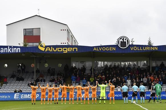Zuerichs Spieler begruessen das Publikum im Fussballspiel der 2. UEFA Europa League Qualifikationsrunde zwischen KR Reykjavik und den Zuercher Grasshoppers, am Donnerstag, 14. Juli 2016, im Stadion Alvogenvöllurinn in Reykjavik. (KEYSTONE/Peter Schneider)
