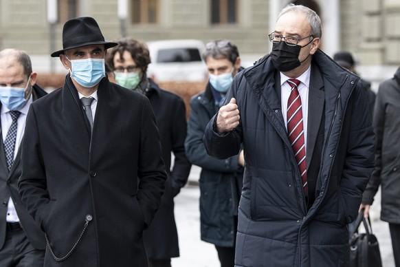 Bundespraesident Guy Parmelin, rechts, und Bundesrat Alain Berset erscheinen vor einer Bundesratssitzung, am Mittwoch, 13. Januar 2021, in Bern. (KEYSTONE/Peter Schneider)