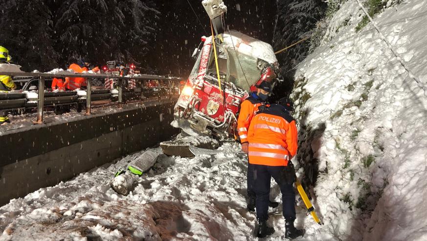 RhB-Zug fährt in Felsbrocken und entgleist – Lokführerin verletzt