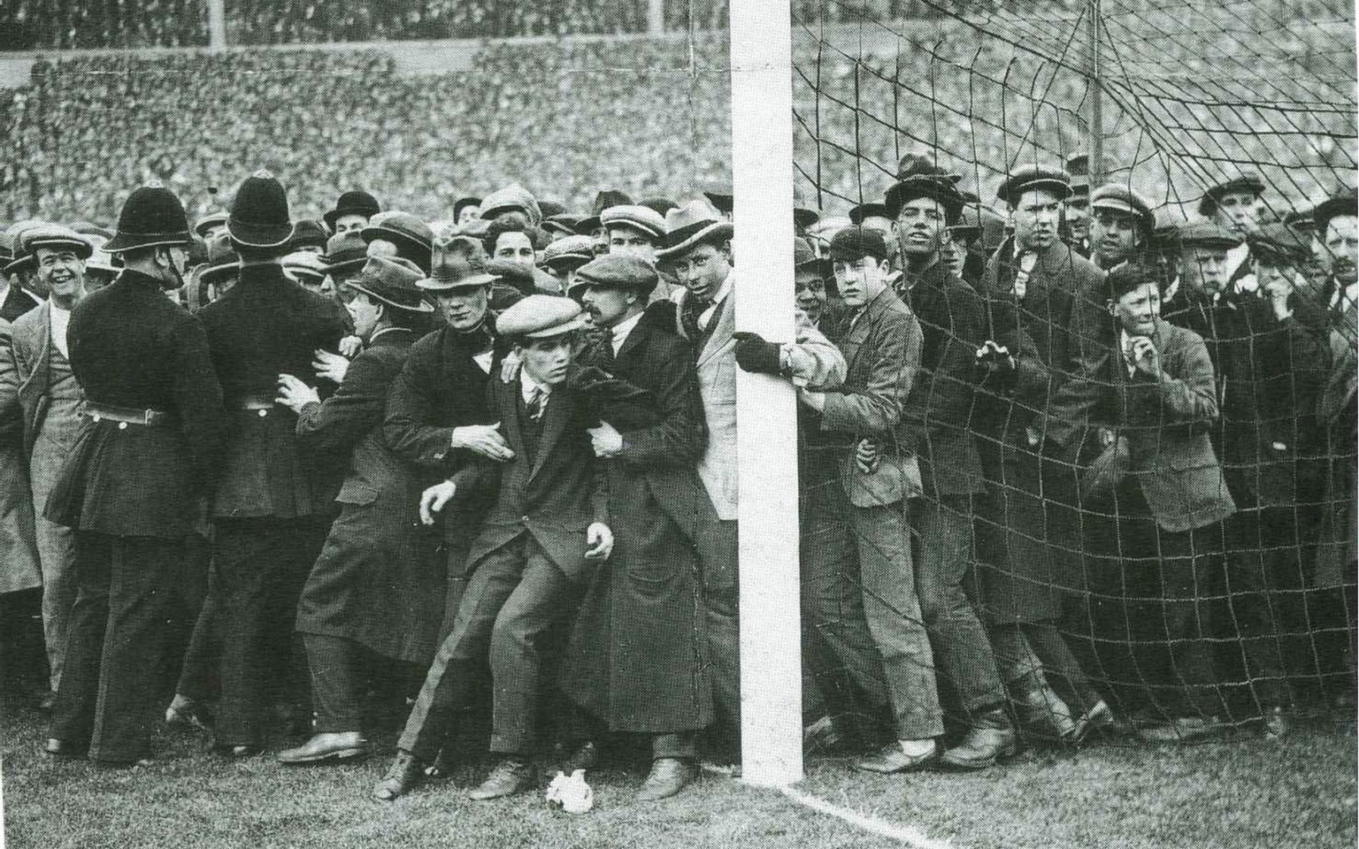 White Horse Final Wembley 1923 Fans am Pfosten