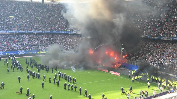 epa06730749 HSV supporters light flares during the German Bundesliga soccer match between Hamburger SV and Borussia Moenchengladbach in Hamburg, Germany, 12 May 2018.  EPA/DAVID HECKER (EMBARGO CONDITIONS - ATTENTION: Due to the accreditation guidlines, the DFL only permits the publication and utilisation of up to 15 pictures per match on the internet and in online media during the match.)