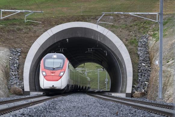 Ein Zug faehrt aus dem neuen doppelspurigen Bueel Tunnel, am Sonntag, 13. Dezember 2020, in Walchwil. (KEYSTONE/Gaetan Bally)