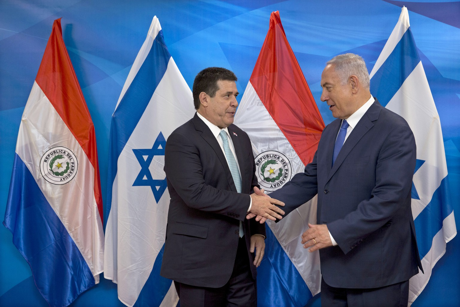epa06754025 Israeli Prime Minister Benjamin Netanyahu (R) shakes hands with Paraguay's President Horacio Cartes during their meeting at the Prime Minister's office in Jerusalem, 21 May 2018. Paraguay opened its new embassy in Jerusalem on 21 May, following in the footsteps of the United States and Guatemala.  EPA/SEBASTIAN SCHEINER / POOL