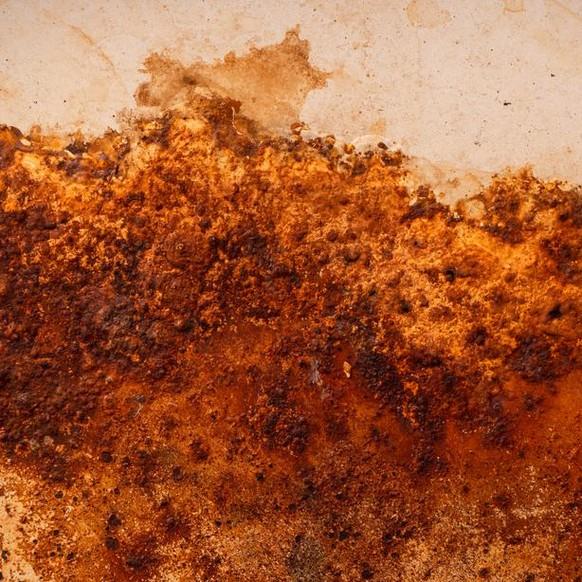 Da der Mars verrostet, ist seine Oberfläche rot gefärbt.