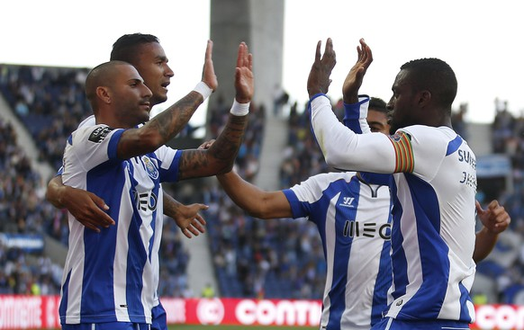 Porto's Jackson Martinez (R) celebrates after scoring goal with his team mates during their Portuguese premier league soccer match against Gil Vicente at Dragao stadium in Porto, Portugal May 10, 2015.  REUTERS/Rafael Marchante
