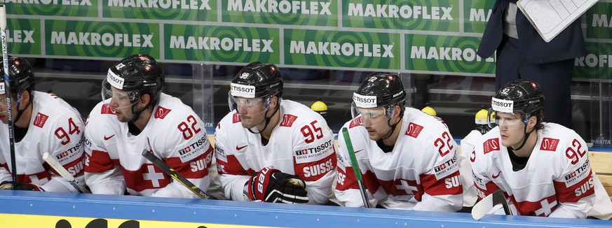 Patrick Fischer, head coach of Switzerland's national ice hockey team, reacts behind his players Simon Moser #82, Julian Walker #95, Nino Niederreiter #22 and Haas Gaeetan #92, during the IIHF 2016 World Championship preliminary round game between Norway and Switzerland, at the Ice Palace, in Moscow, Russia, Monday, May 8, 2016. (KEYSTONE/Salvatore Di Nolfi)