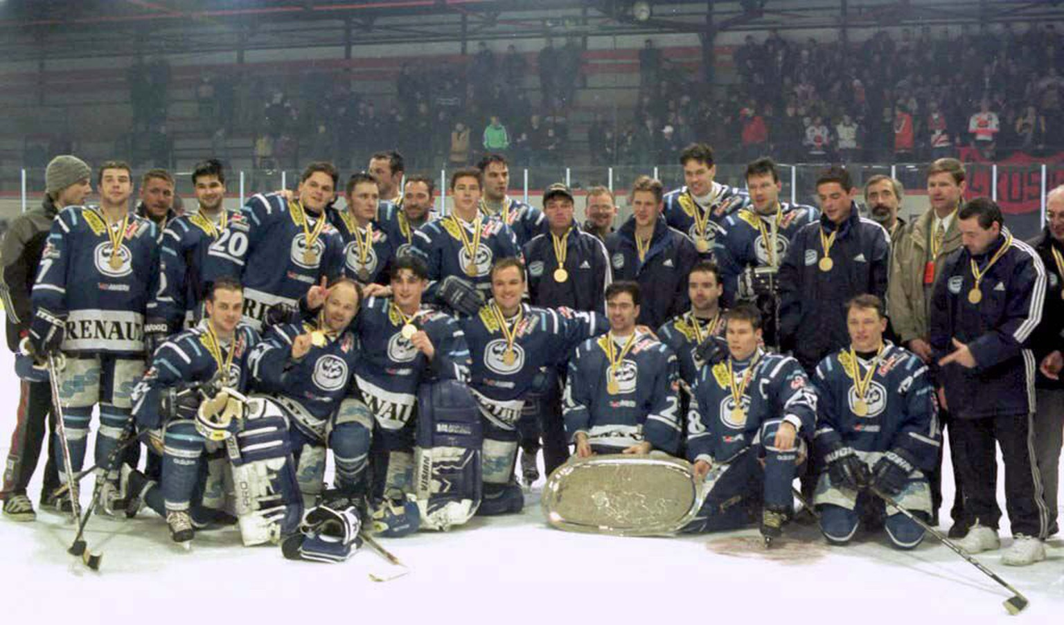 KOS02-19981230-KOSICE; SLOVAKIA: Swiss team HC Ambri Piotta pose with the trophy after winning the Continental Cup '98 in Kosice, 29 December.     EPA PHOTO/TASR/Robert Berenhaut EPA PHOTO TASR/ROBERT BERENHAUT/gh