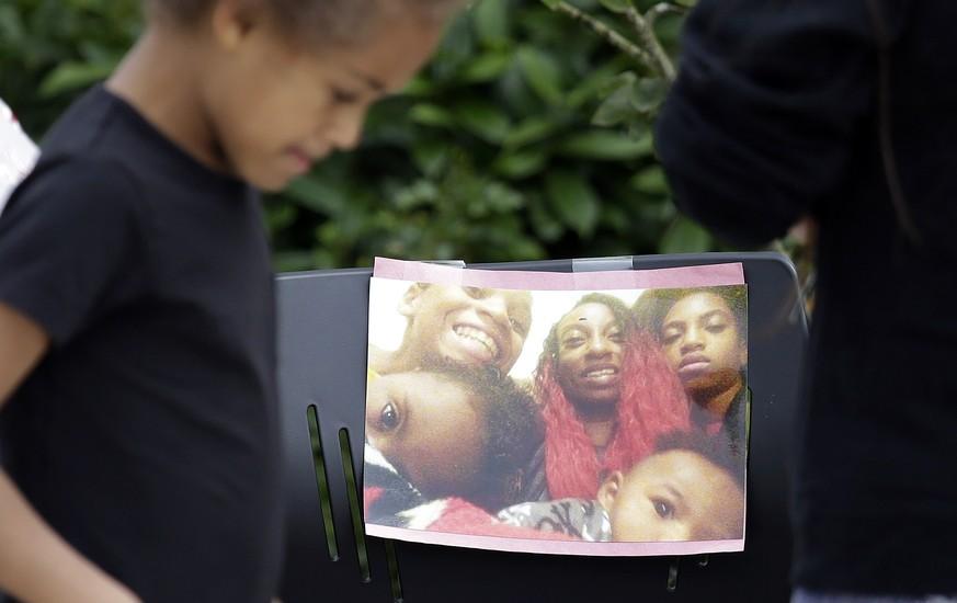 Vor dem Haus der erschossenen Afroamerikanerin wurden Blumen Kerzen und Bilder niedergelegt.  Bild Elaine Thompson  AP  KEYSTONE