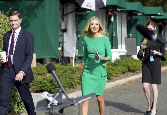 epa08768511 White House Press Secretary Kayleigh McEnany (C) arrives to speak with reporters at the White House, in Washington, DC, USA, on 23 October 2020. McEnany answered questions regarding President Trump's debate performance the previous night in Nashville, TN.  EPA/LEIGH VOGEL / POOL