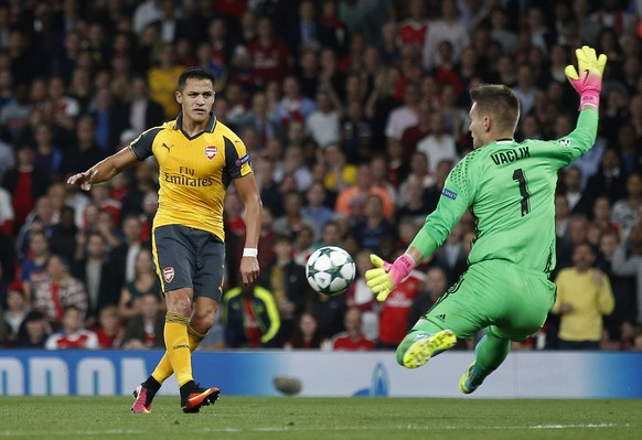 Britain Soccer Football - Arsenal v FC Basel - UEFA Champions League Group Stage - Group A - Emirates Stadium, London, England - 28/9/16 Arsenal's Alexis Sanchez misses a chance to score  Action Images via Reuters / Andrew Couldridge Livepic EDITORIAL USE ONLY.
