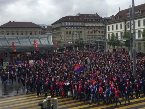 Singend ziehen sie am Bahnhof Bern vorbei: Fans des FC Basel auf dem Weg an den Cupfinal im Stade de Suisse.