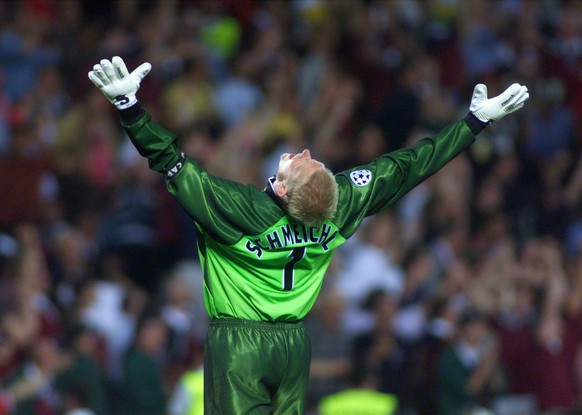 Peter Schmeichel, goal keeper of Manchester United, celebrates after his team scored the winning 2-1 against Bayern Munich in the Champions League final in Barcelona's Nou Camp stadium late Wednesday, May 26, 1999. (KEYSTONE/EPA PHOTO/DPA/KAY NIETFELD)          === ELECTRONIC IMAGE ===