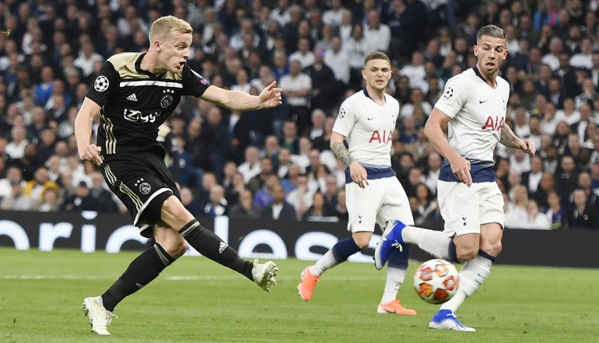 epaselect epa07538798 Donny van de Beek of Ajax Amsterdam (L) scores the 1-0 lead during the UEFA Champions League semi-final first leg soccer match between Tottenham Hotspur and Ajax Amsterdam at the Tottenham Hotspur Stadium in London, Britain, 30 April 2019.  EPA/WILL OLIVER