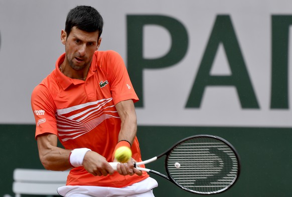 epa07622450 Novak Djokovic of Serbia plays Jan-Lennard Struff of Germany during their men's round of 16 match during the French Open tennis tournament at Roland Garros in Paris, France, 03 June 2019.  EPA/JULIEN DE ROSA