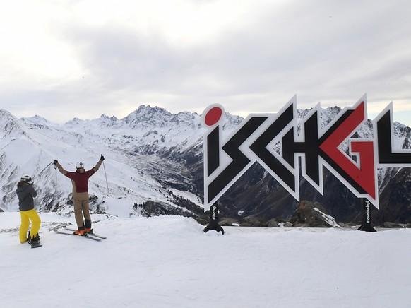 ARCHIV - Zwei Wintersportler stehen am Pardatschgrat im Skigebiet von Ischgl. Das Skigebiet bleibt zum Start der Saison in Österreich geschlossen. Foto: Felix Hörhager/dpa