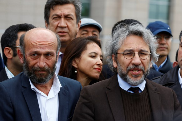 Can Dundar (R), editor-in-chief of Cumhuriyet, accompanied by his Ankara bureau chief Erdem Gul  arrive at the Justice Palace in Istanbul, Turkey May 6, 2016. REUTERS/Osman Orsal
