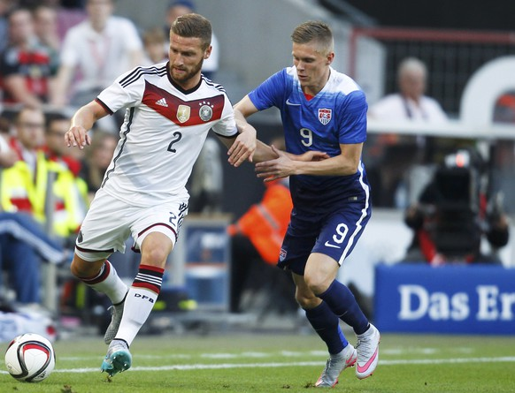 Shkodran Mustafi of Germany fights for the ball with Aron Johannsson (R) of the U.S. during their international friendly soccer match in Cologne, Germany June 10, 2015.  REUTERS/Ina Fassbender