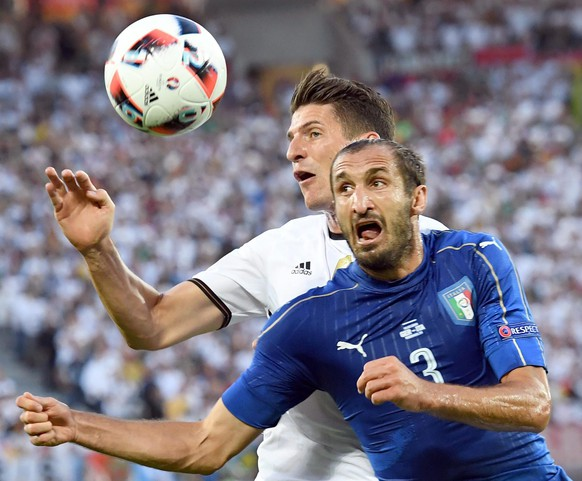 epa05404227 Italy's Giorgio Chiellini  (R) and Germany's Mario Gomez struggle for the ball during the UEFA EURO 2016 quarter final match between Germany and Italy at Stade de Bordeaux in Bordeaux, France, 02 July 2016.  (RESTRICTIONS APPLY: For editorial news reporting purposes only. Not used for commercial or marketing purposes without prior written approval of UEFA. Images must appear as still images and must not emulate match action video footage. Photographs published in online publications (whether via the Internet or otherwise) shall have an interval of at least 20 seconds between the posting.)  EPA/DANIEL DAL ZENNARO   EDITORIAL USE ONLY