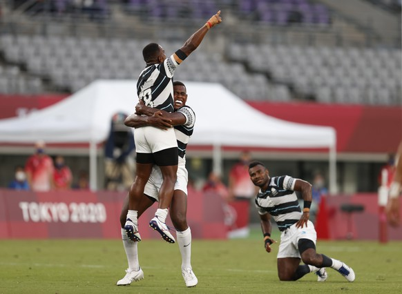 epa09373216 Players from Fiji react after defeating New Zealand during the Rugby Sevens Men's Gold Medal match between New Zealand and Fiji at the Tokyo 2020 Olympic Games at the Tokyo Stadium in Chofu, Tokyo, Japan, 28 July 2021.  EPA/JEON HEON-KYUN