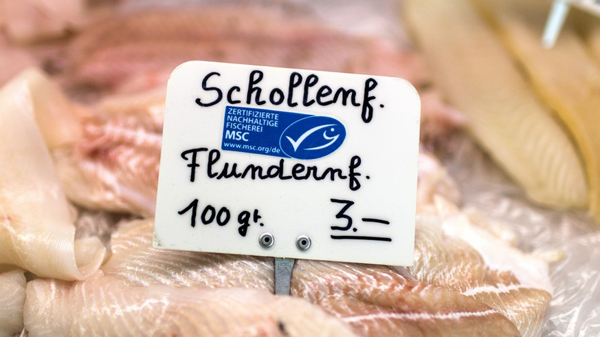Fish with or without the MSC label from various countries is on ice on a market stall on the weekly market at Helvetiaplatz square in Zurich, Switzerland, pictured on March 12, 2013. (KEYSTONE/Gaetan Bally)  Fisch mit oder ohne MSC-Siegel aus verschiedenen Laendern liegt auf Eis an einem Marktstand auf dem Wochenmarkt am Helvetiaplatz in Zuerich, aufgenommen am 12. Maerz 2013. (KEYSTONE/Gaetan Bally)