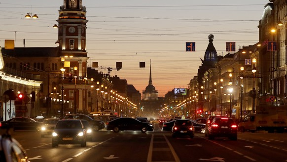 epa06667500 A view of the Nevsky prospect and the Admiralty during sunset in St. Petersburg, Russia, 13 April 2018. The daily temperature reached 11 degrees Celsius in the cultural capital of Russia.  EPA/ANATOLY MALTSEV