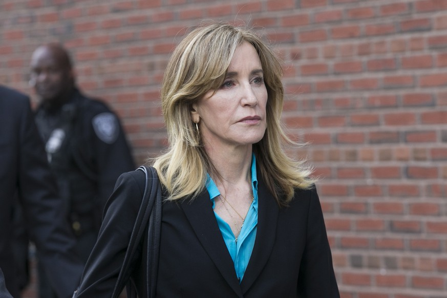 epa07483410 US actress Felicity Huffman leaves the John J Moakley Federal Court House after facing charges in a nationwide college admissions cheating scheme in Boston, Massachusetts, USA 03 April 2019.  EPA/KATHERINE TAYLOR