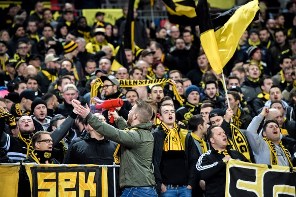 epa07367697 Dortmund supporters cheer prior to the UEFA Champions League round of 16 soccer match between Tottenham Hotspur and Borussia Dortmund at Wembley Stadium, Britain, 13 February 2019.  EPA/FACUNDO ARRIZABALAGA