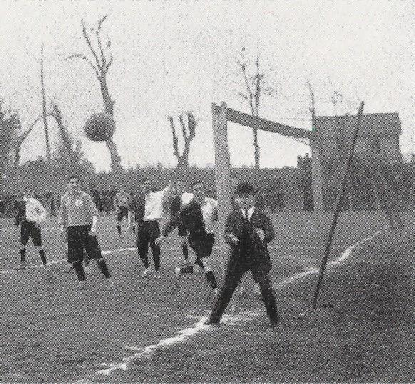 Der in Genf lebender Engländer Devitte (im Vordergrund) leitete als Schiedsrichter das erste Länderspiel der deutschen Nationalmannschaft gegen die Schweiz in Basel am 5. April 1908. Die Aufnahme entstand bei einem anderen Spiel kurz vor dem Zusammentreffen zwischen Eidgenossen und Kaiserlichen.