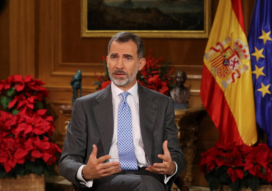 epa06404888 A picture made available on 24 December 2017 shows Spain's King Felipe VI during his traditional Christmas message at La Zarzuela Palace, Madrid, Spain, on 23 December 2017.  EPA/BALLESTEROS