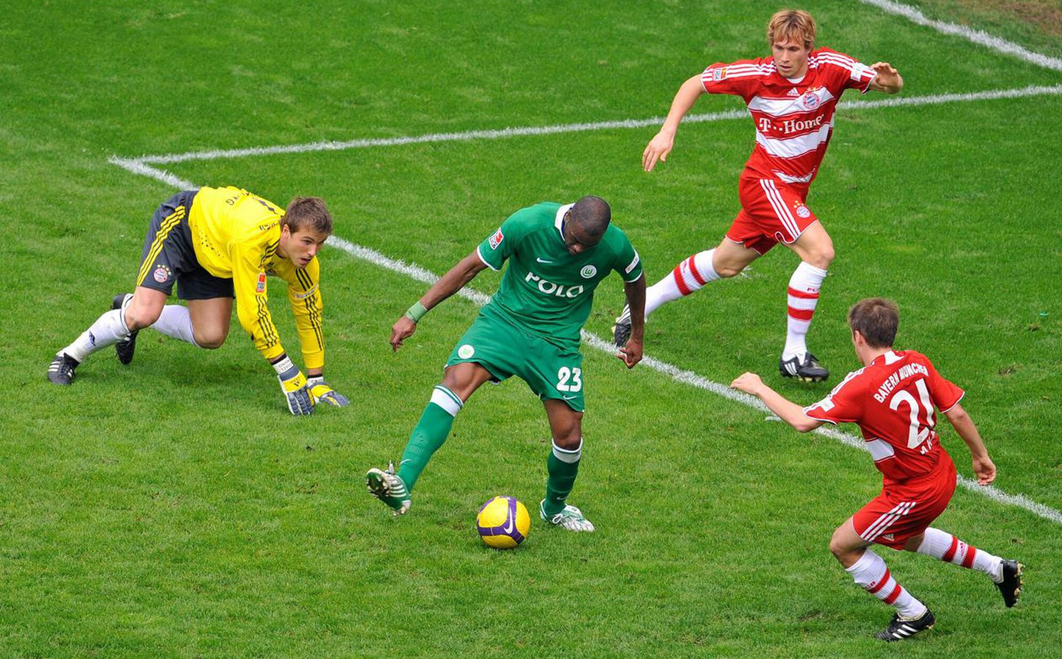 Wolfsburg's Grafite, second from left, scores his side's 5th goal, against Munich's goalkeeper Michael Rensing, Munich's Andreas Ottl and Munich's Philipp Lahm, from left to right, during the German first division Bundesliga soccer match between VfL Wolfsburg and Bayern Munich in Wolfsburg, Germany, on Saturday, April 4, 2009. (AP Photo/Gero Breloer) **EDS Note German Spelling of Munich is Muenchen  ** NO MOBILE USE UNTIL 2 HOURS AFTER THE MATCH, WEBSITE USERS ARE OBLIGED TO COMPLY WITH DFL-RESTRICTIONS, SEE INSTRUCTIONS FOR DETAILS **