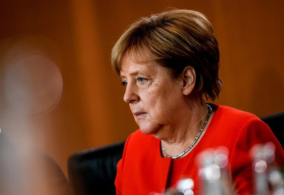 epa06843368 German Chancellor Angela Merkel looks on during the beginning of the weekly meeting of the German Federal cabinet, at the Chancellery in Berlin, Germany, 27 June 2018.  EPA/FILIP SINGER
