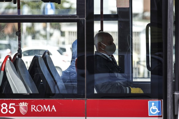 epa08748061 People on board a bus during Covid-19 Coronavirus emergency, in Rome, Italy, 15 October 2020.  EPA/GIUSEPPE LAMI